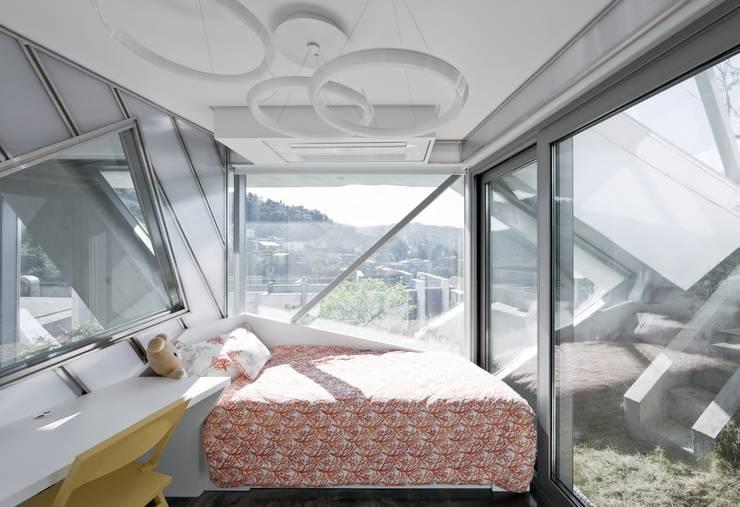 HWA HUN - 자연이 점거한 작은성: IROJE KIMHYOMAN의  침실