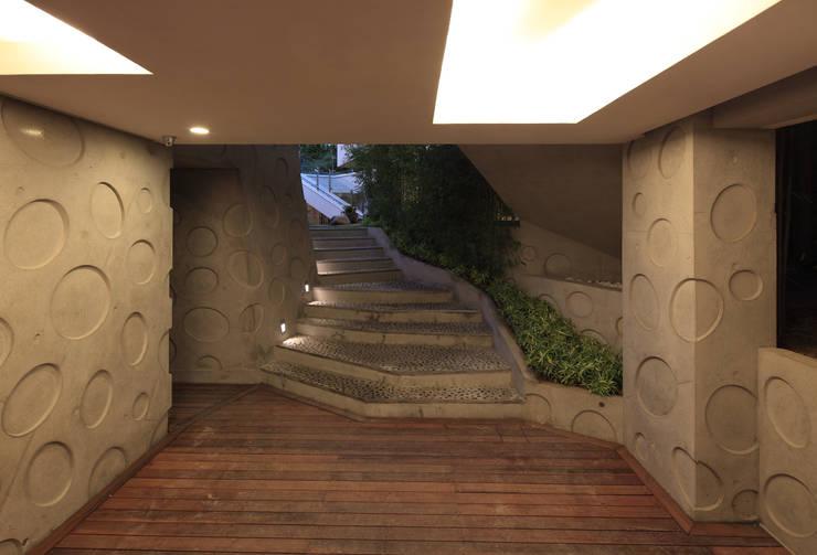 Couloir et hall d'entrée de style  par IROJE KIMHYOMAN,
