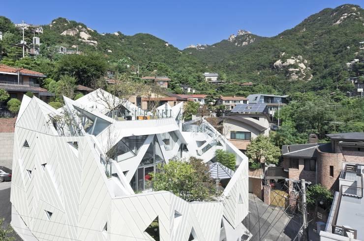HWA HUN - 자연이 점거한 작은성: IROJE KIMHYOMAN의  주택