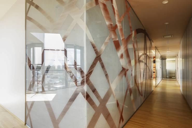 Vetrate corridoi e pareti divisorie interne: Ingresso, Corridoio & Scale in stile  di Studio Merlini Architectural Concept