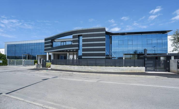 New Office Design: Pareti in stile  di Studio Merlini Architectural Concept