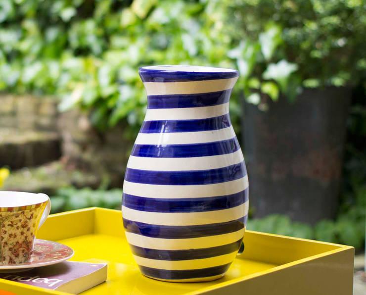 Talavera Vase Blue Stripe:  Living room by DesignRaaga