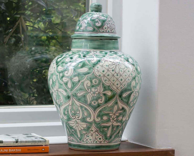 Mexican Ginger Jar Mint:  Living room by DesignRaaga