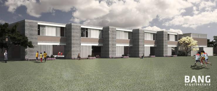 Fachada Principal/Vista desde canchas:  de estilo  por BANG arquitectura