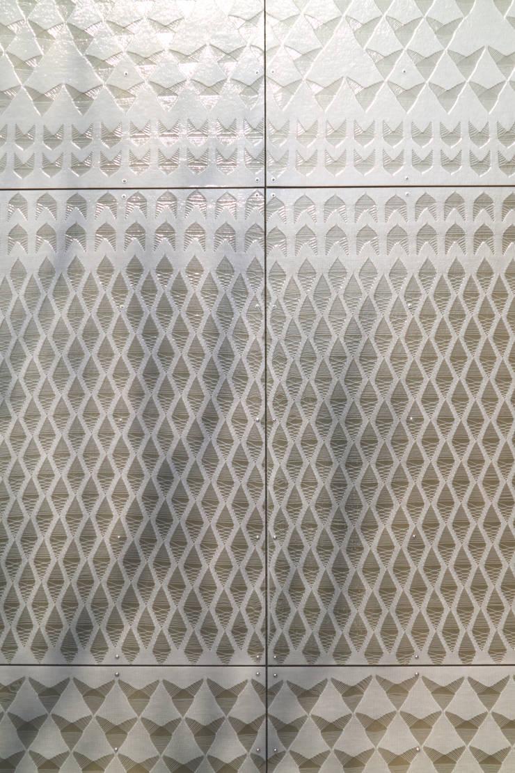 outside view closer up, knitting a facade:  Scholen door Studio Petra Vonk, Modern