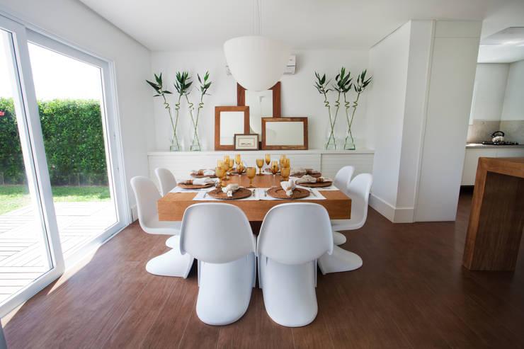 CASA PRAIA: Salas de jantar  por Tweedie+Pasquali