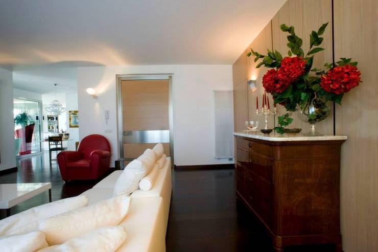 appartamento 4° piano provincia di Caserta: Soggiorno in stile  di studiozero