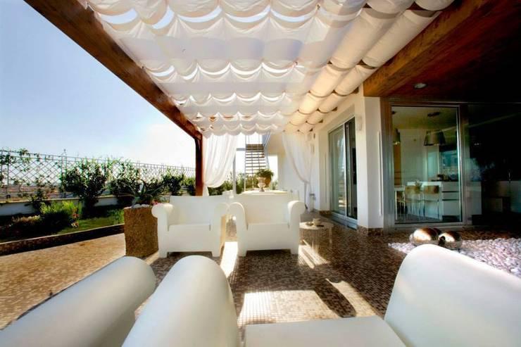appartamento 4° piano provincia di Caserta: Balcone, Veranda & Terrazzo in stile  di studiozero