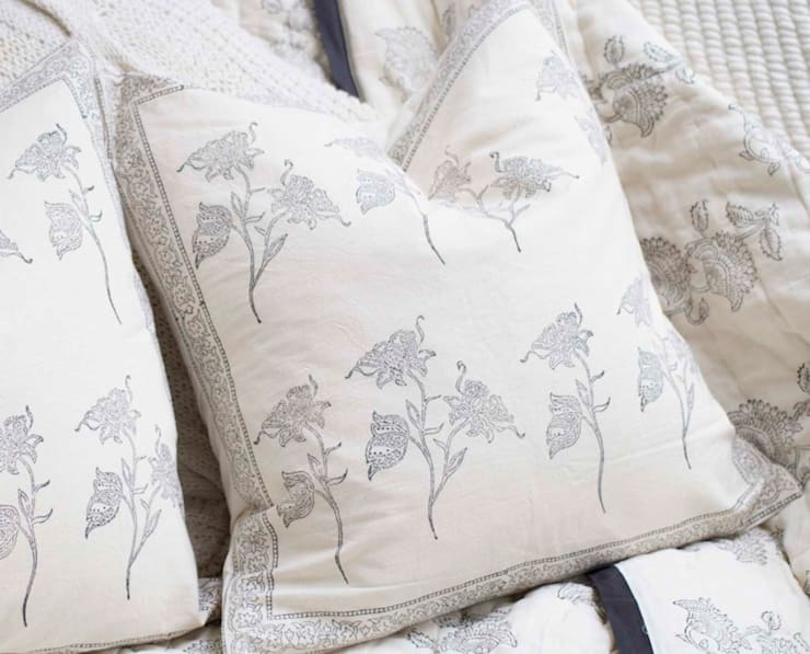 Hand Block Print Pillow Black Floral:  Bedroom by DesignRaaga