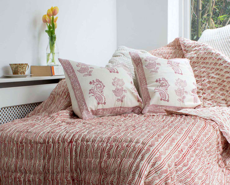 Hand Block Print Quilt Cranberry:  Bedroom by DesignRaaga