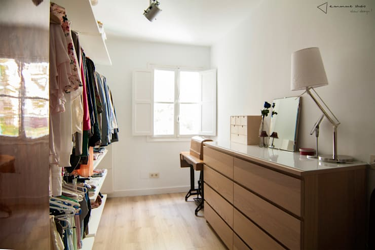 Walk in closet de estilo  por emmme studio