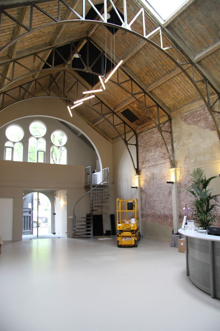 Better acoustics for a general practitioners office in an old church in Amsterdam:  Gezondheidscentra door Studio Petra Vonk, Modern