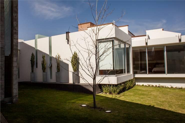 Casas de estilo  por GRUPO VOLTA
