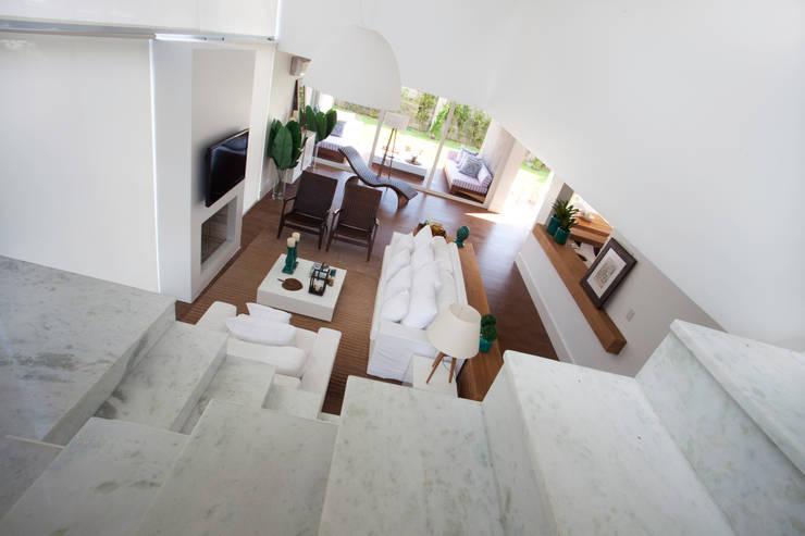 CASA PRAIA: Salas de estar  por Tweedie+Pasquali,Tropical
