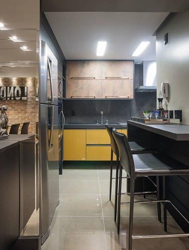 apartamento residencial: Cozinhas modernas por Adriane Cesa Arquitetura