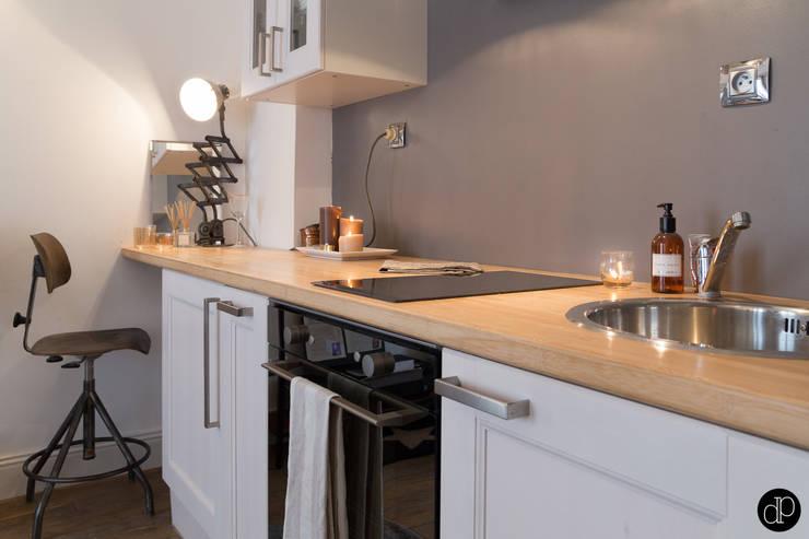 Boulevard Haussmann - Appartement 25m2: Cuisine de style  par Decoration Parisienne