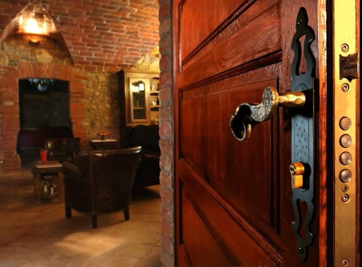 Restauración de masia guardando la esencia de los años: Ventanas de estilo  de Puigdesens fusteria interiorisme