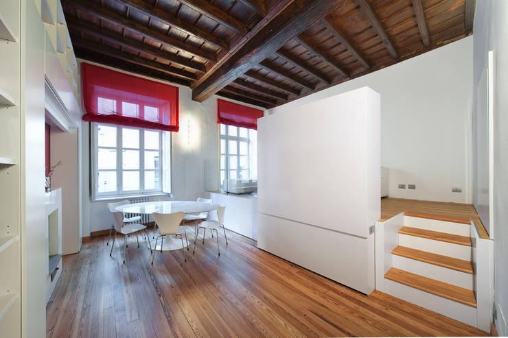 Vista soggiorno con letto chiuso: Sala da pranzo in stile in stile Moderno di POINT. ARCHITECTS