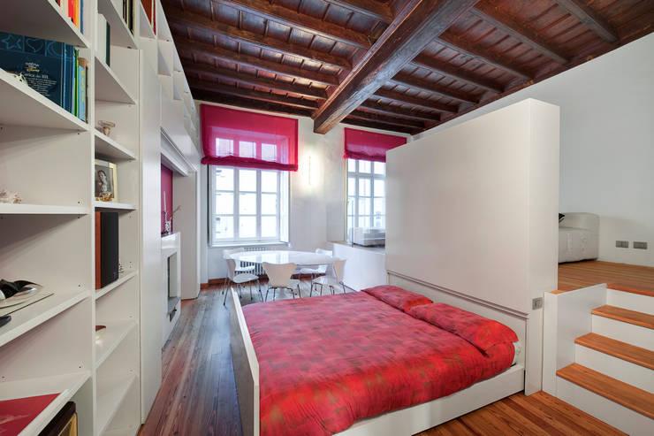 Vista soggiorno con letto aperto: Sala da pranzo in stile  di POINT. ARCHITECTS