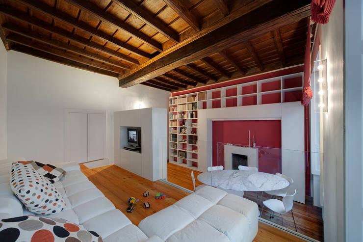 CASA T - 2010 TORINO: Sala da pranzo in stile in stile Moderno di POINT. ARCHITECTS