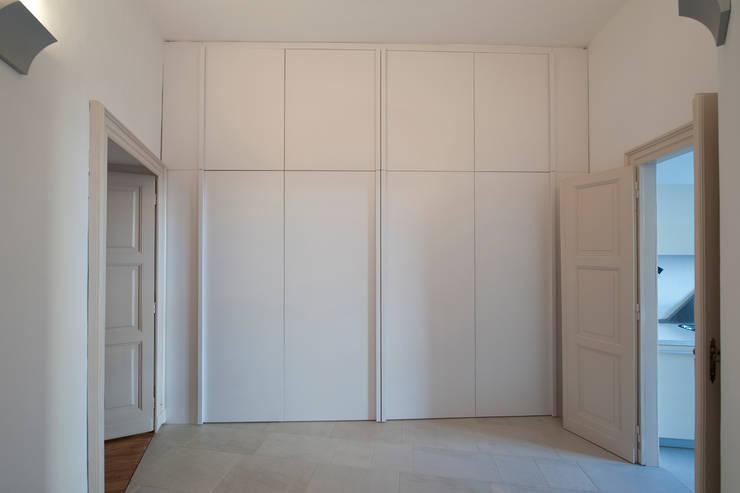 CASA T - 2010 TORINO: Ingresso & Corridoio in stile  di POINT. ARCHITECTS