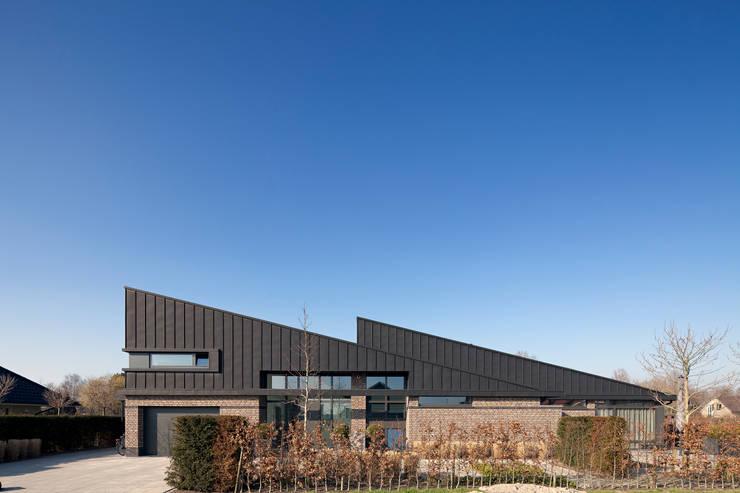 straatzijde:  Huizen door Sax Architecten, Modern