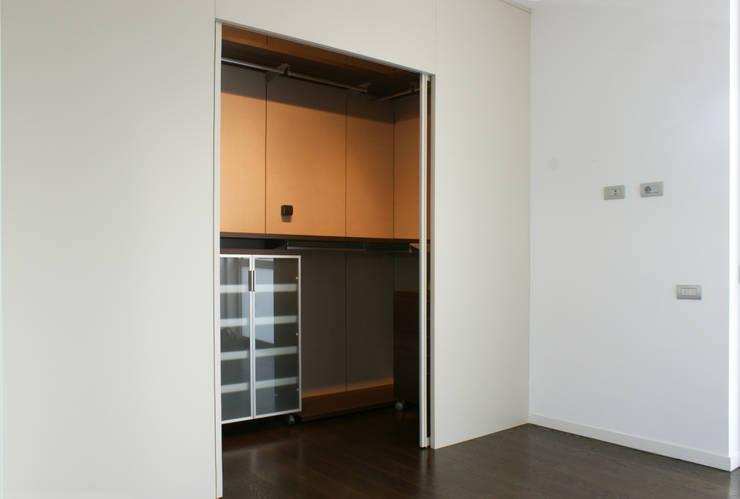 cabina armadio - aperta: Camera da letto in stile  di Gaia Brunello | Photo&HomeStaging