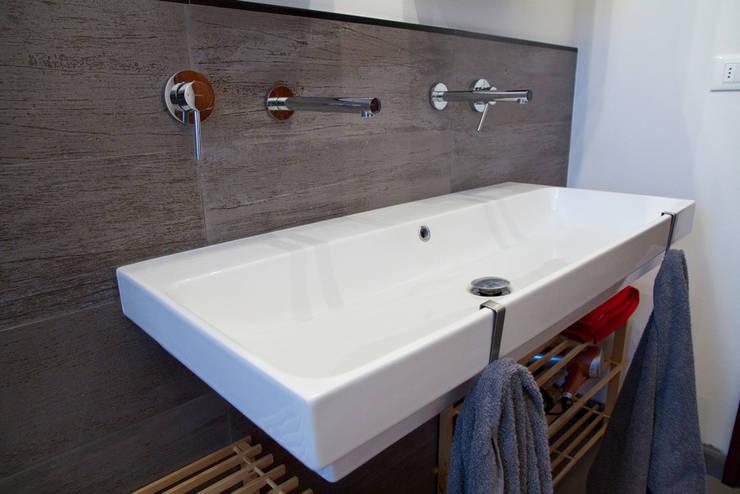 Casa B/S: Bagno in stile in stile Minimalista di Lorenzo Rossi   Architetto