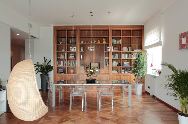 soggiorno - controcampo con libreria: Soggiorno in stile  di Gaia Brunello | Photo&HomeStaging