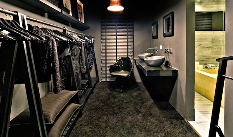 Loft do Mirante: Closets  por Neoarch