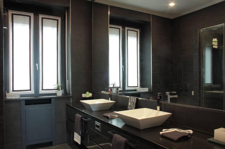 bagno monocromo: Bagno in stile  di Gaia Brunello | Photo&HomeStaging
