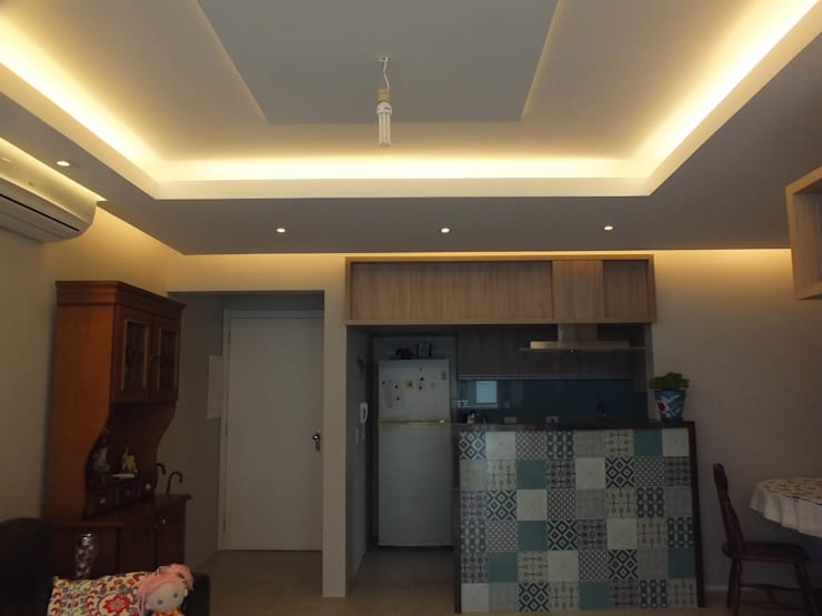 Rebaixo de gesso com sancas de luz: Sala de estar  por Arketing Identidade e Ambiente