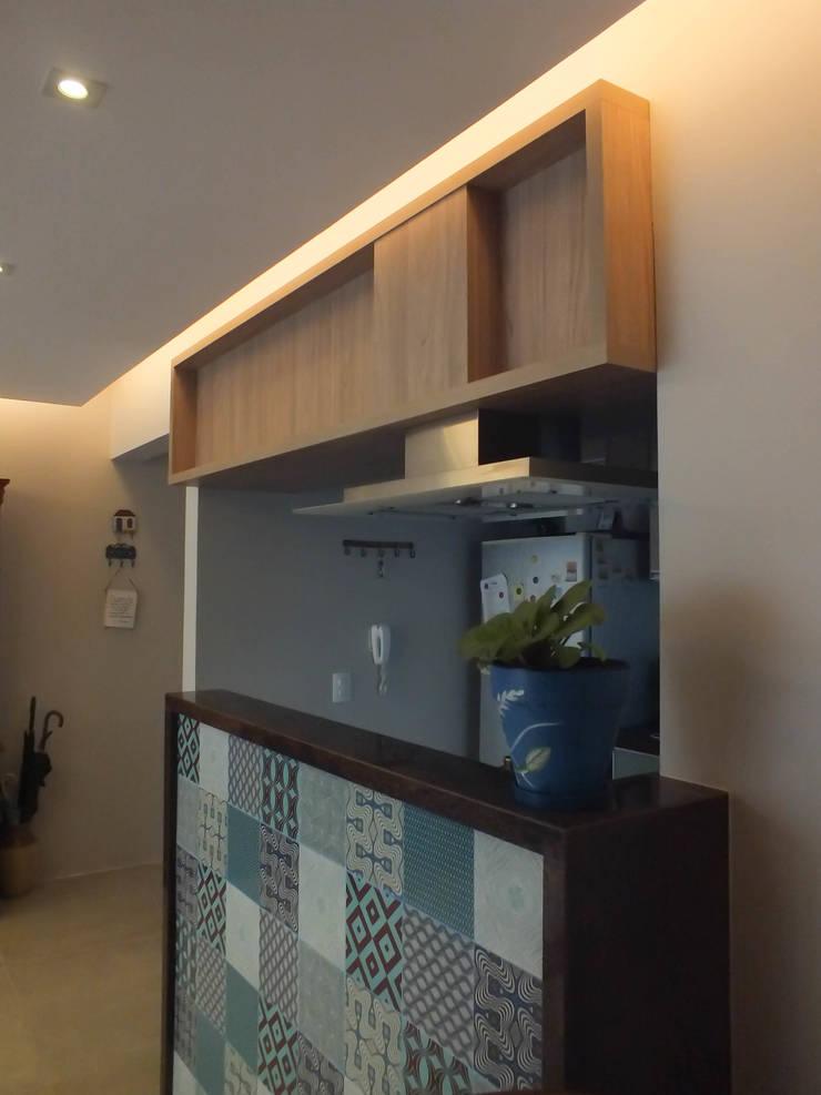 Cozinha integrada com sala: Salas de estar clássicas por Arketing Identidade e Ambiente
