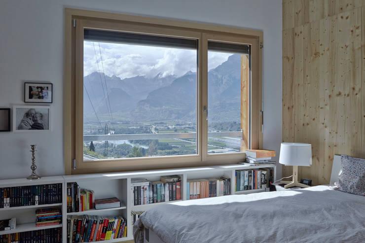Neubau Einfamilienhaus, Salins: moderne Schlafzimmer von Holzhausen Zweifel Architekten