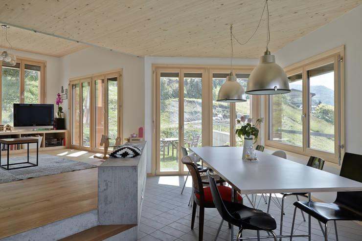 Neubau Einfamilienhaus, Salins: moderne Wohnzimmer von Holzhausen Zweifel Architekten