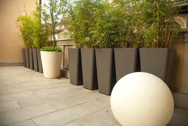Terrazzo in Torino: Balcone, Veranda & Terrazzo in stile  di Neò Natura su misura