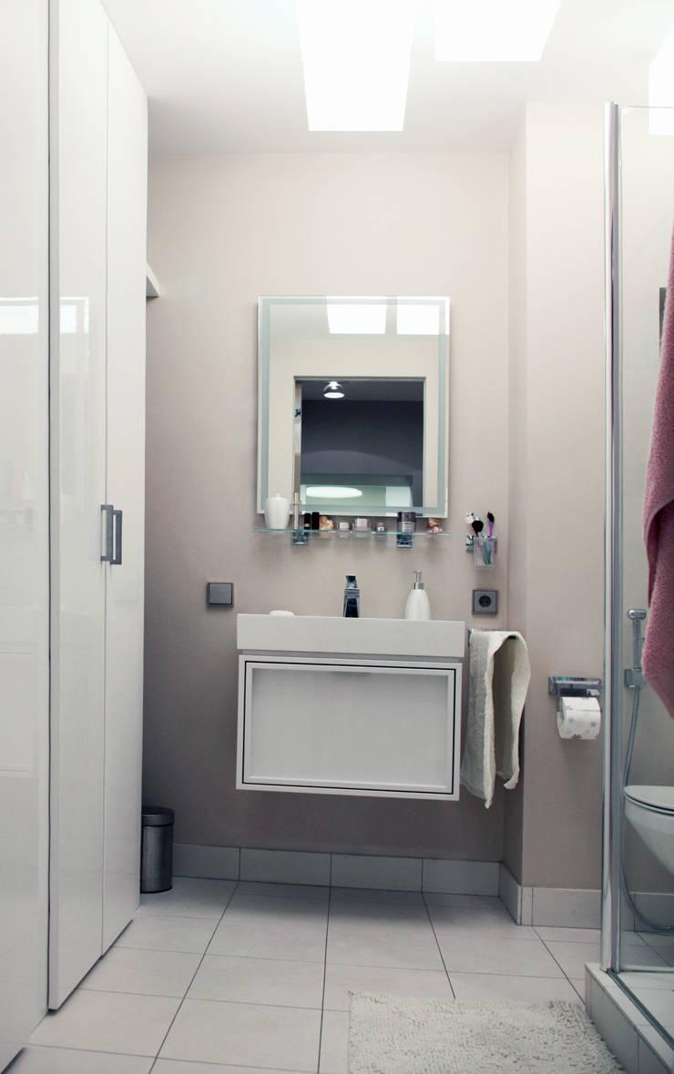 Маленькая квартира на Плющихе: Ванные комнаты в . Автор – Архитектурная Мастерская Акинкина и Авруцкой
