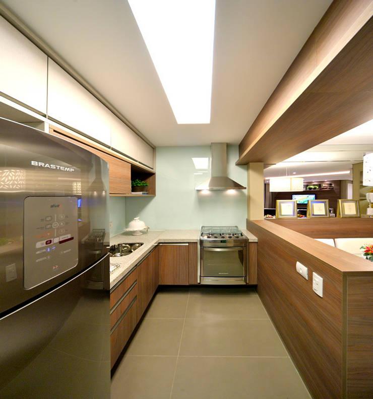 Apartamento integrado em Londrina: Cozinhas  por Evviva Bertolini