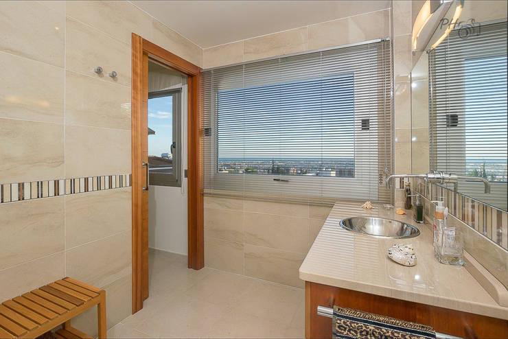 Baño con vista: Baños de estilo  de Hansen Properties