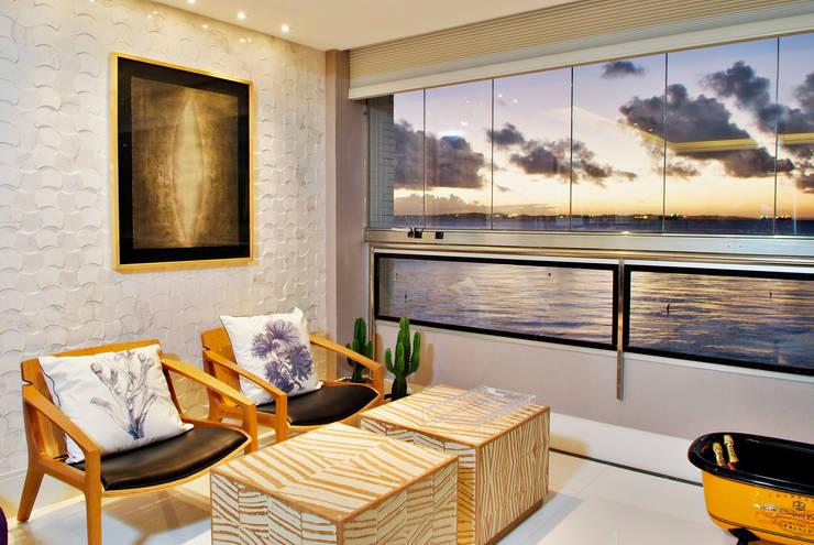 Loft com vista para Baía de Todos os Santos: Salas de estar  por Evviva Bertolini,Tropical