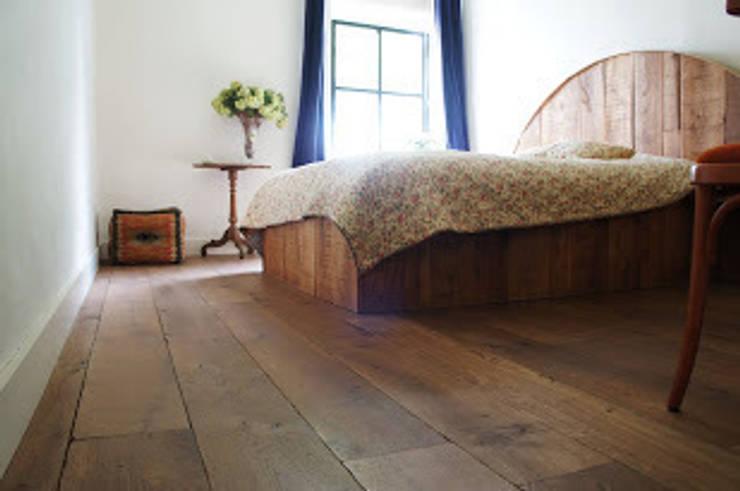 Dormitorios de estilo  por De Vloerderij bv, Colonial