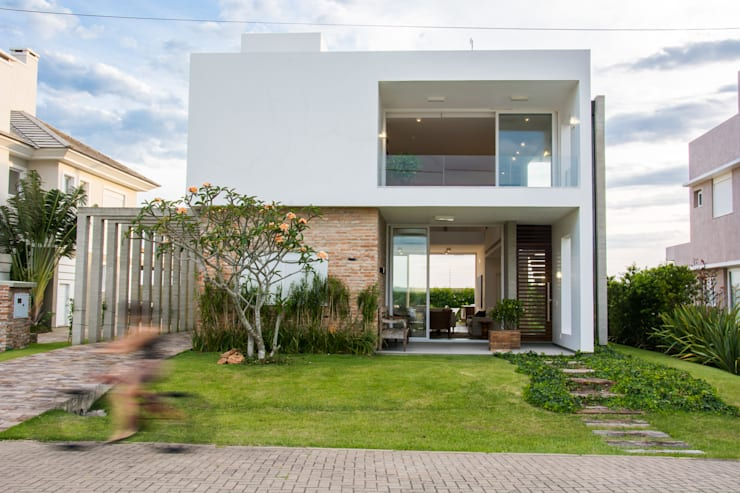 modern Houses by SBARDELOTTO ARQUITETURA