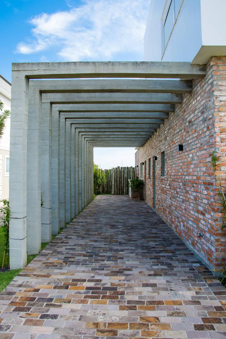 PERGOLA - ABRIGO DE VEÍCULOS: Casas  por SBARDELOTTO ARQUITETURA