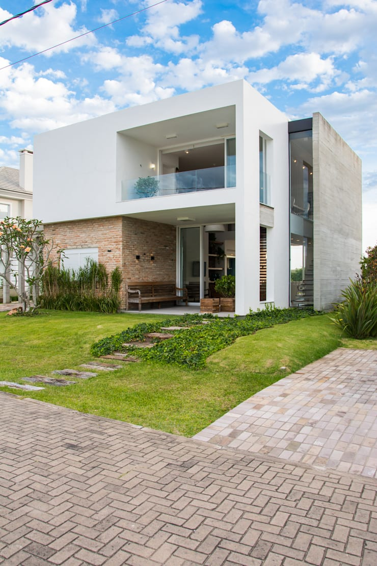 Houses by SBARDELOTTO ARQUITETURA,