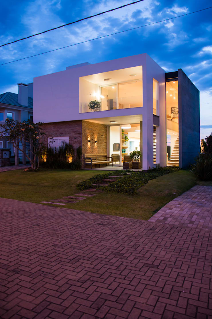 CASA VENTURA M22: Casas  por SBARDELOTTO ARQUITETURA