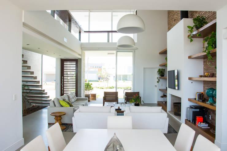 Salas / recibidores de estilo moderno por SBARDELOTTO ARQUITETURA