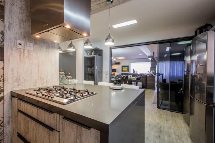 Apartamento em Cascavel: Cozinhas  por Evviva Bertolini,