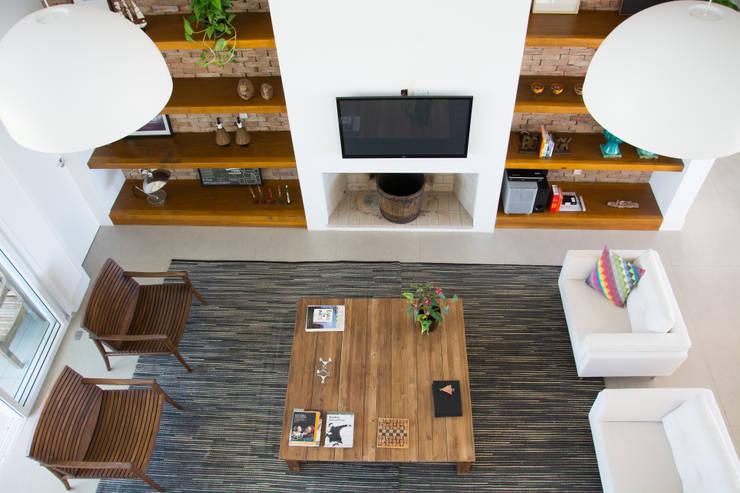 Salas de estilo moderno por SBARDELOTTO ARQUITETURA