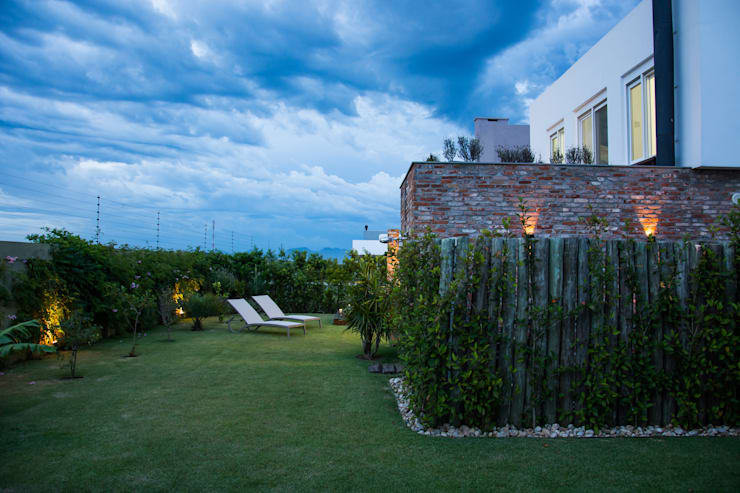 CASA VENTURA M22: Jardins  por SBARDELOTTO ARQUITETURA