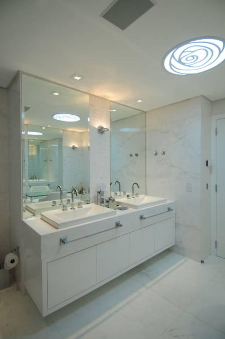 SALA DE BANHO: Banheiros  por DIARNA GUS ESCRITORIO DE ARQUITETURA
